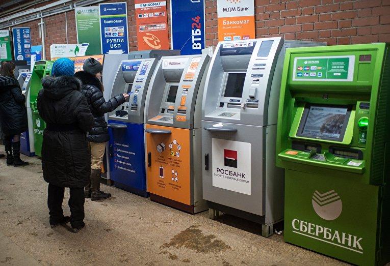 Банкоматы в одном из торговых центров Омска