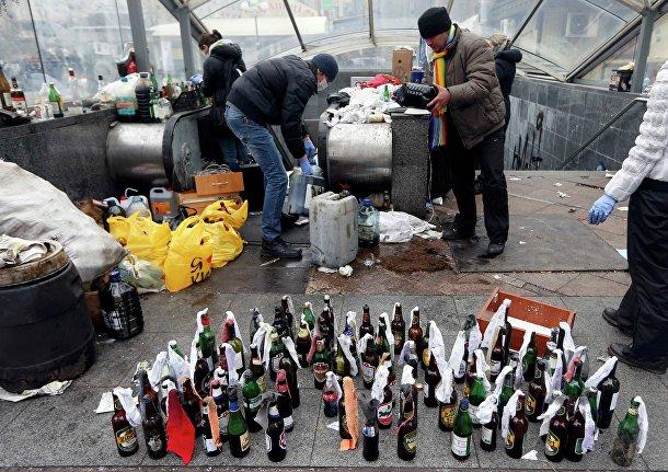Протестующие готовят бутылки с коктейлем молотова в Киеве
