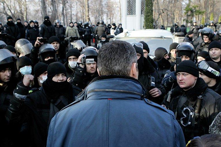 Лидер украинской оппозиции Виталий Кличко разговаривает с сотрудниками внутренних войск за пределами здания парламента в Киев