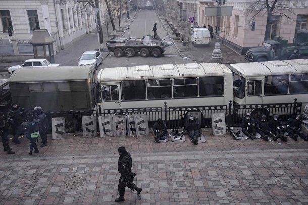 Солдаты МВД дежурят у здания парламента в Киеве