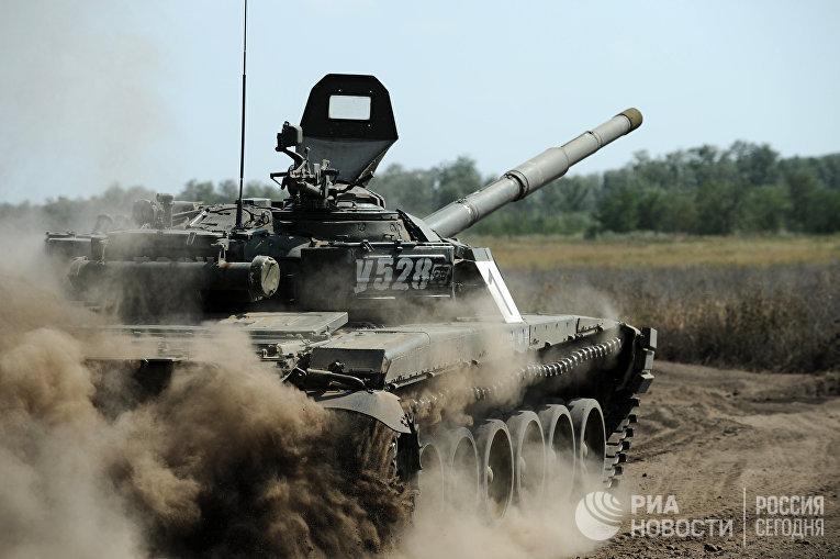 """Танк Т-72 Б1 150-й мотострелковой дивизии во время учебных стрельб на полигоне """"Кадамовский"""""""