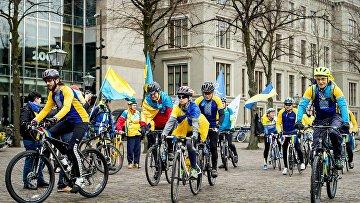 Украинские велосипедисты у здания парламента Нидерландов в Гааге