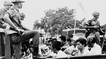 Члены молодежного крыла индонезийской Коммунистической партии, охраняемые солдатами транспортируются в тюрьму в Джакарте