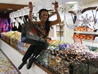 Акция активистки Femen в киевском магазине Roshen