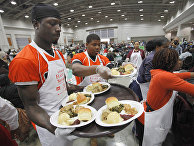 Раздача бесплатной еды в День благодарения в конференц-центре в Вашингтоне