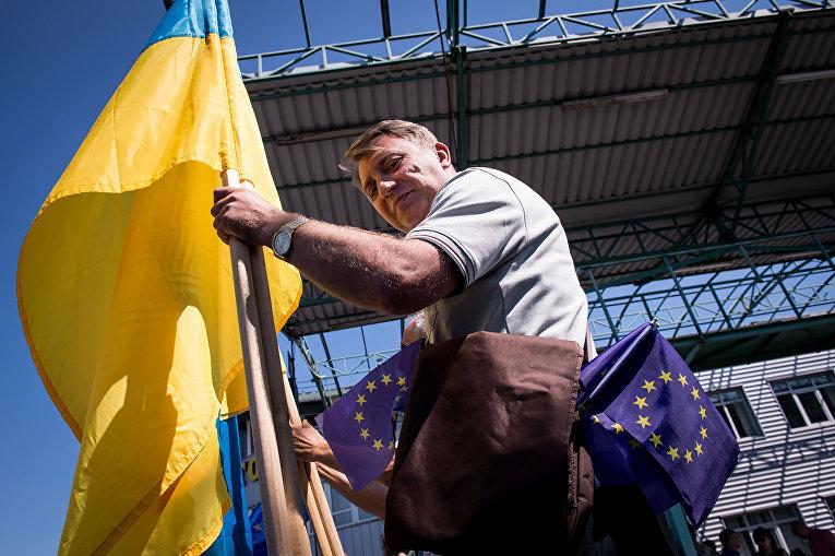 Мужчина празднует возможность безвизового посещения стран Европы для граждан Украины