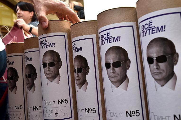 Сувенирные футболки с портретом президента РФ Владимира Путина в магазине в Москве