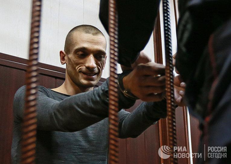 Рассмотрение ходатайства следствия об избрание меры пресечения художнику П.Павленскому