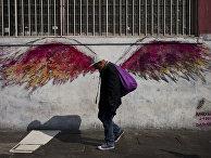 Мужчина на фоне граффити в районе с наибольшим колличеством бездомных в Лос-Анджелесе