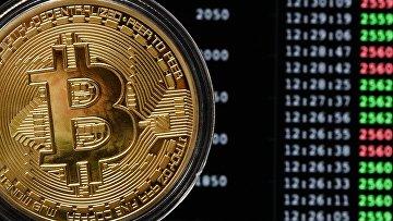Сувенирная монета криптовалюты биткойн в MaRSe Bitcoin Center в Москве