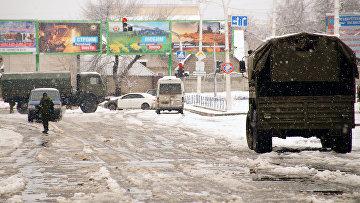 Военная техника у здания прокуратуры в Луганске
