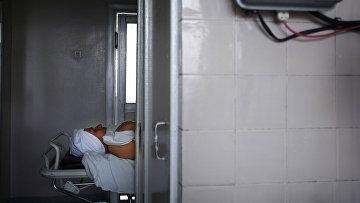 Женщина, страдающая раком щитовидной железы, после операции в больнице в Киеве
