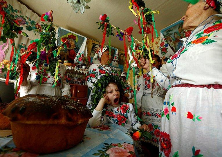 Жители Белорусской деревни Погост проводят языческий ритуальный обряд