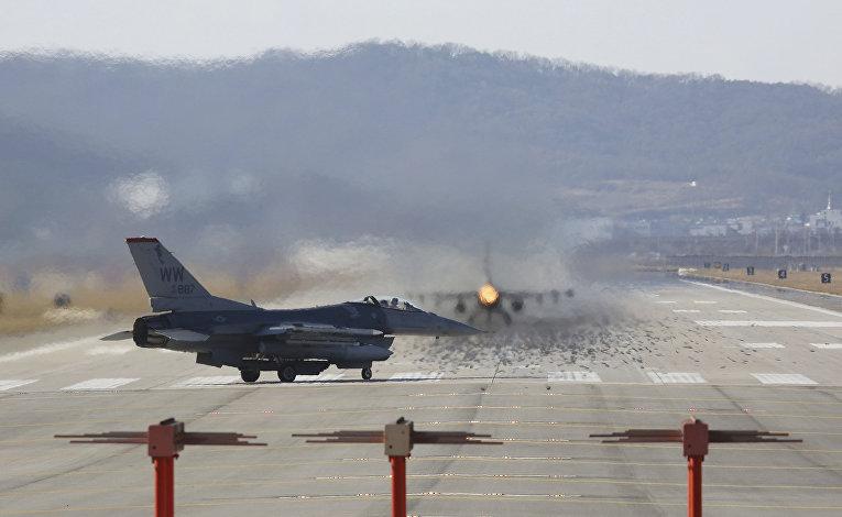 Американский самолет f-16 на авиабазе Осана во время совместных учений с Южной Кореей