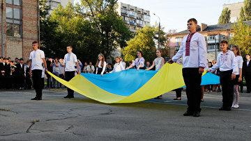 Ученики на торжественной линейке, посвященной Дню знаний в Киеве