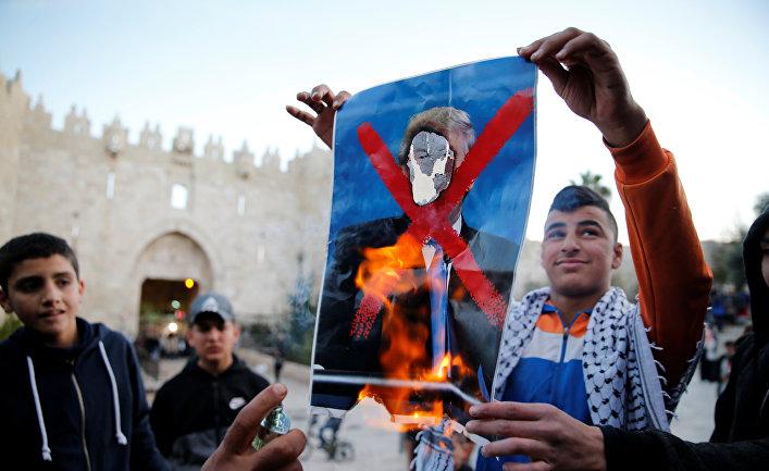 Палестинцы на акция протеста против решения президента США Дональда Трампа признать Иерусалим столицей Израиля