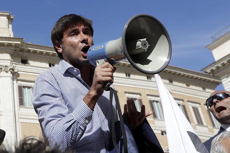 Алессандро Ди Баттиста из Движения Пять Звезд общается с демонстрантами в Риме