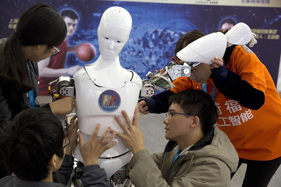 Китайские студенты собирают робота на всемирной конференции роботов в Пекине, КНР