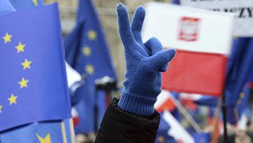 Сторонники единой европы во время акции в Варшаве