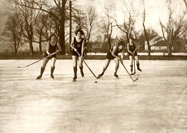Женский хоккей на люду в купальниках