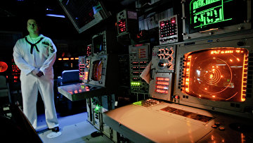 """Офицер ВМС США в рубке управления корабля системы Aegis (""""Иджис"""") во время учений в Румынии. Архивное фото"""