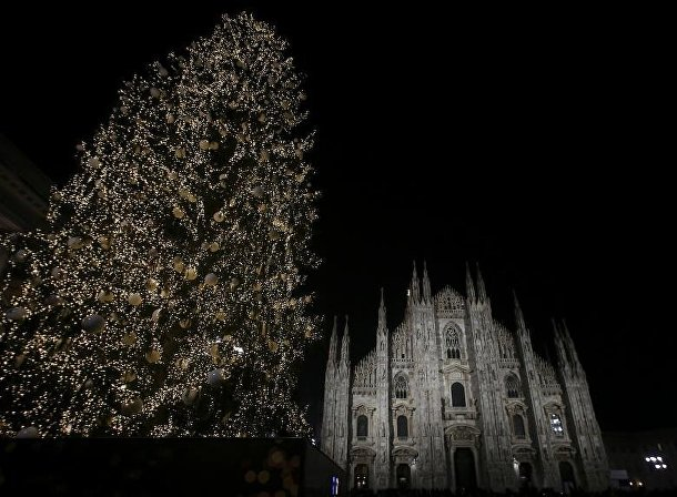 Рождественская елка на площади Дуомо в Милане
