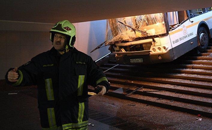 На западе Москвы автобус въехал в подземный переход
