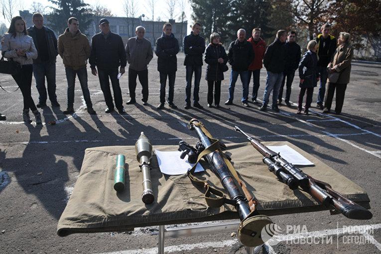 Призывники и их родители в одной из воинских частей Львова