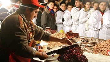 Продавец режет Туррон в одном из магазинов в городе Катания