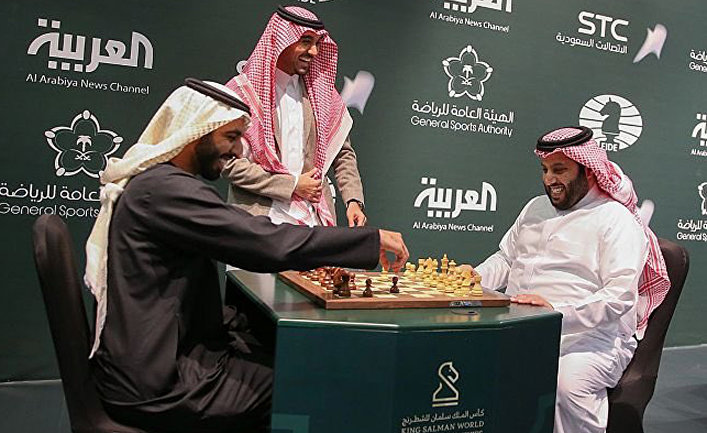 Двое саудовских чиновников играют в шахматы в ходе турнира в Эр-Рияде