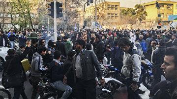Участники акции протеста в Тегеране, Иран. 30 декабря 2017