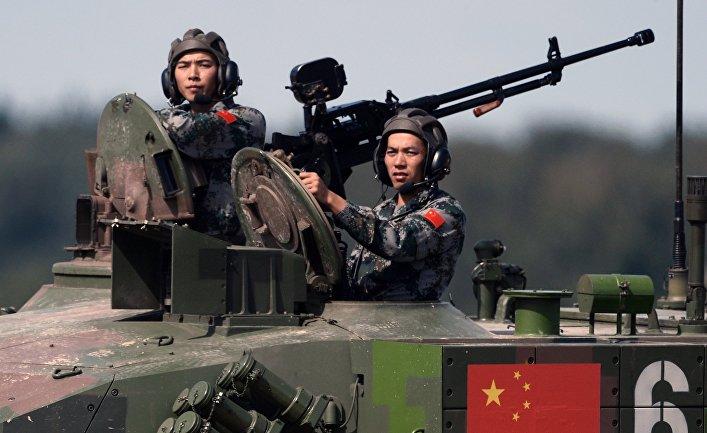 Команда Китая во время соревнований по танковому биатлону