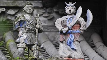 Древние статуэтки на крыше ирригационной системы Дуцзяняня на реке мин