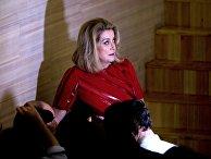 Французская актриса Катрин Денев во время брифинга в Московском международном Доме музык