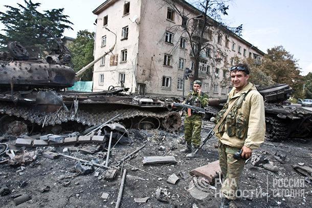 Югоосетинские ополченцы в городе Цхинвале