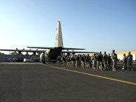Американские солдаты и самолет C-130 «Геркулес»