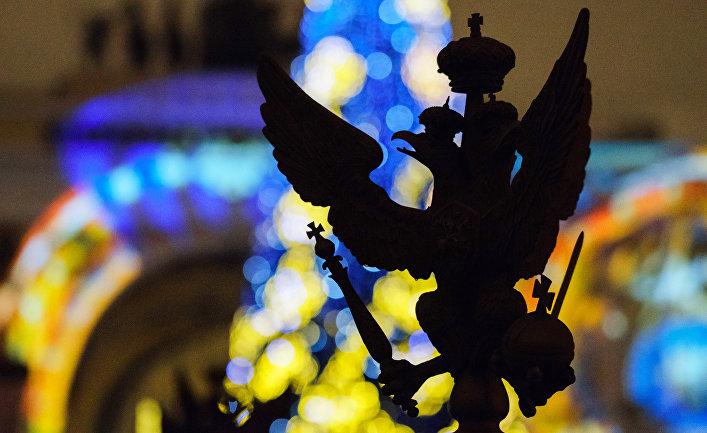 Двуглавый орел со скипетром и державой на Дворцовой площади в Санкт-Петербурге