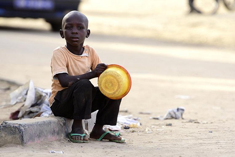 Попрошайка на улице в пригороде Дакара, Сенегал