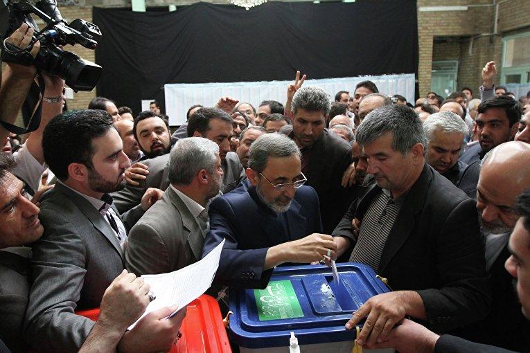 Кандидат в президенты Ирана Али Акбар Велаяти (в центре)