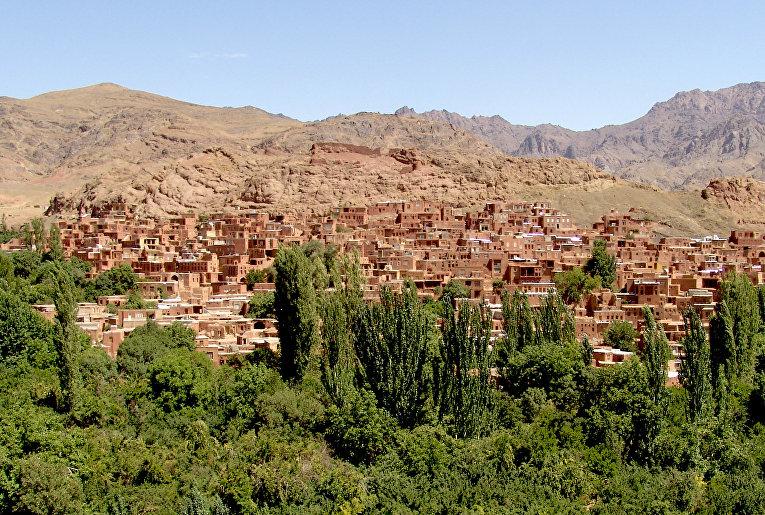 Древняя глинобитная деревня Абьяне в Иране