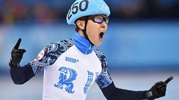 Виктор Ан (Россия) после финального забега на 500 метров в соревнованиях по шорт-треку среди мужчин