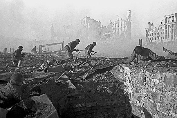 Советские солдаты штурмуют здание в Сталинграде.