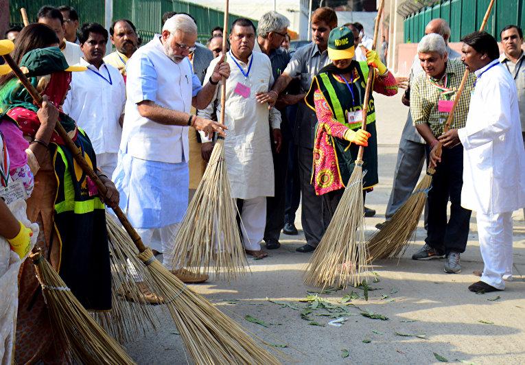 """Премьер-министр Индии Нарендра Моди во время проведения кампании """"Чистая Индия"""" в Нью-Дели. 2 октября 2014"""