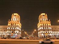 Ночной вид привокзальной площади центрального железнодорожного вокзала Минска