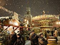 Посетители ярмарки на Красной площади в Москве