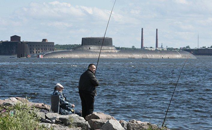 """Подводная лодка """"Дмитрий Донской"""" прибыла в Кронштадт, чтобы принять участие в параде в честь Дня ВМФ. 26 июля 2017"""
