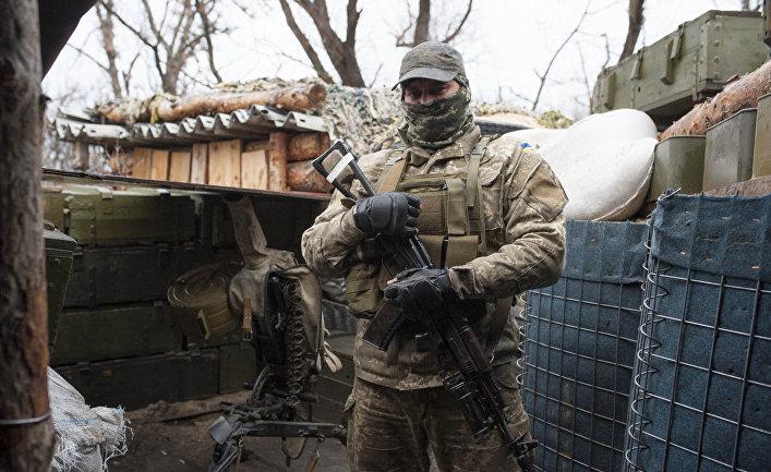Украинский военнослужащий у границы с оккупированными территориями