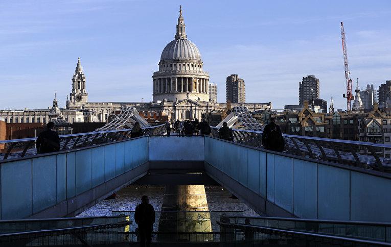 Мост Миллениум на фоне собора святого Павла в Лондоне