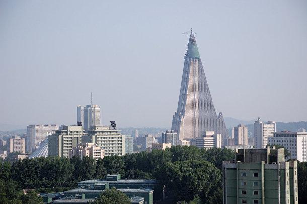 серый 105-этажный небоскреб из цемента Ryugyong Hotel возвышается над Пхеньяном