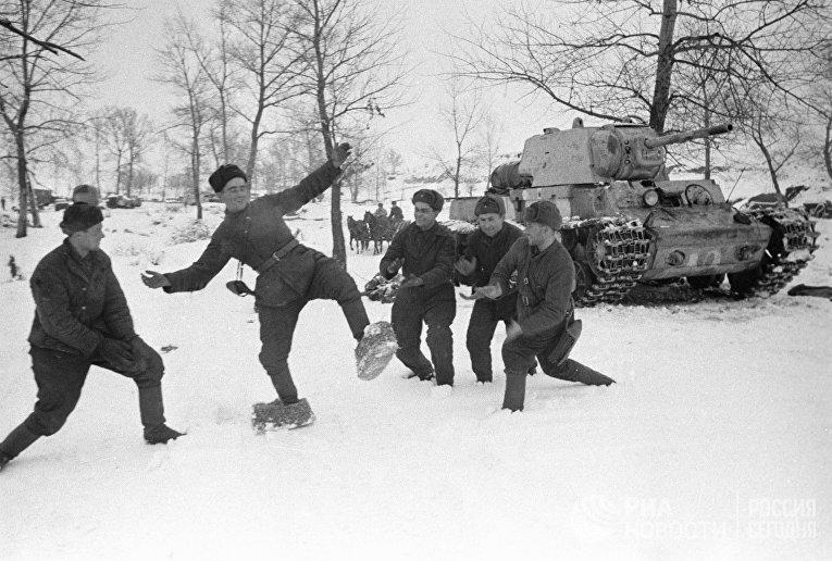 Русский солдат, примеряет на себя лапти, которые солдаты немецкой армии делали себе, чтобы спастись от холода. Сталинградский фронт